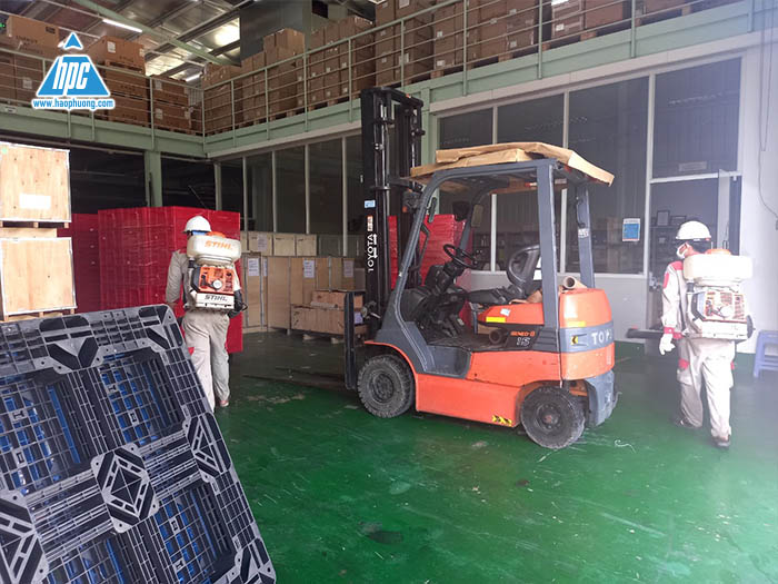 Hao Phuong actively implements disinfection and sterilization spraying at the company